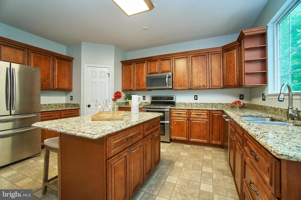 Center island and stainless steel appliances - 9216 ZACHARY CT, MANASSAS PARK