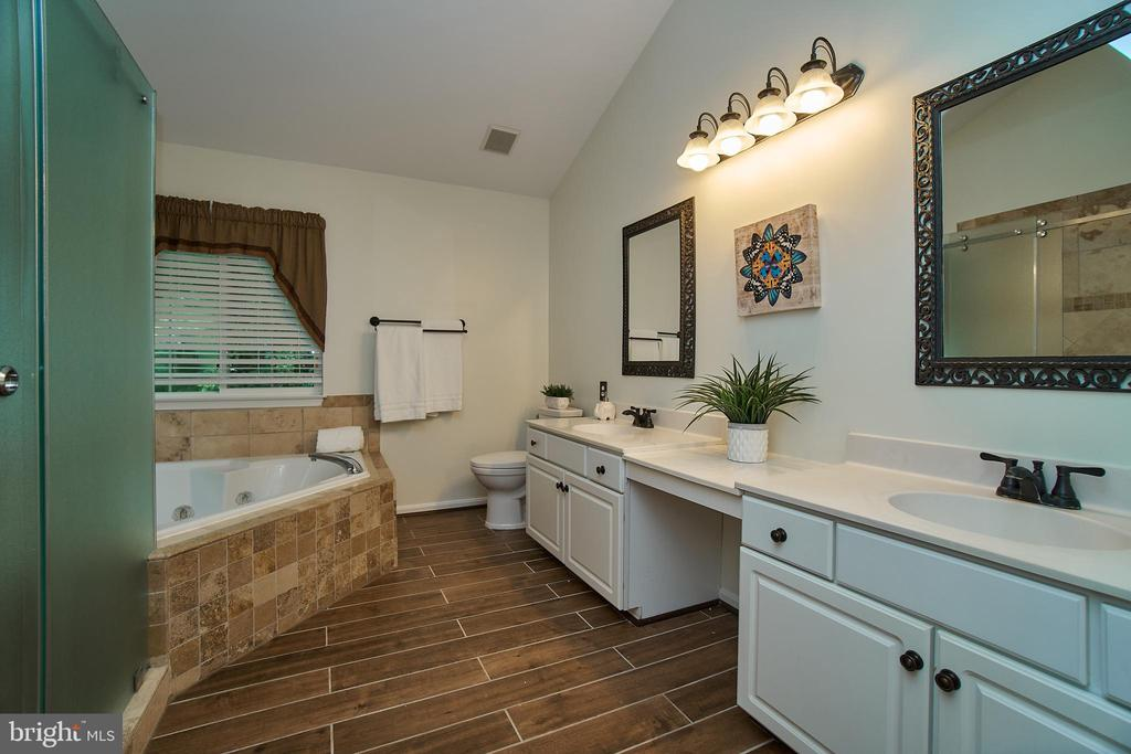 Updated master bath with dual sink vanity! - 9216 ZACHARY CT, MANASSAS PARK