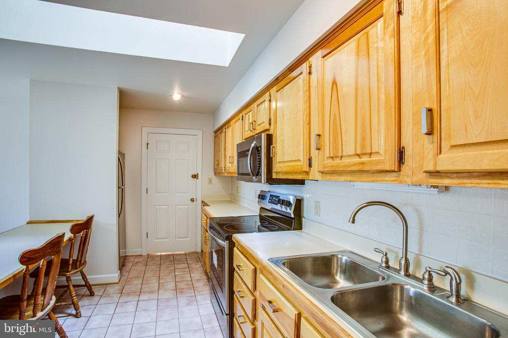 Apartment Kitchen - 118 RINGGOLD RD, FREDERICKSBURG