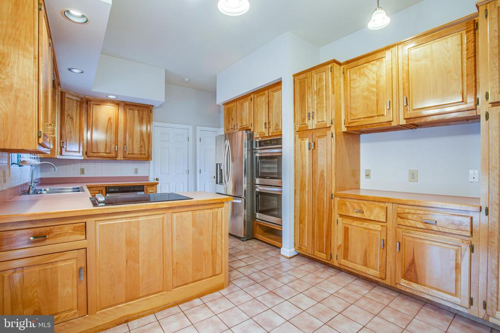Spacious Kitchen - 118 RINGGOLD RD, FREDERICKSBURG