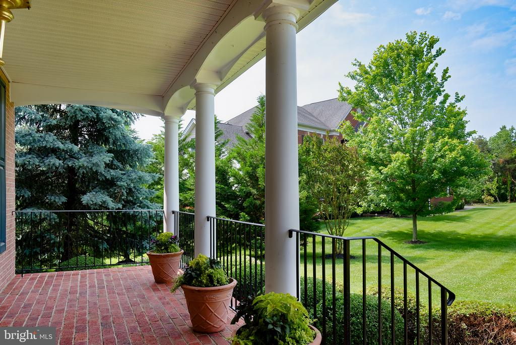 Front porch with beautiful lawn/tree view! - 43872 ASHLAWN CT, ASHBURN