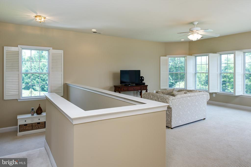 Upper level loft/family room! - 43872 ASHLAWN CT, ASHBURN