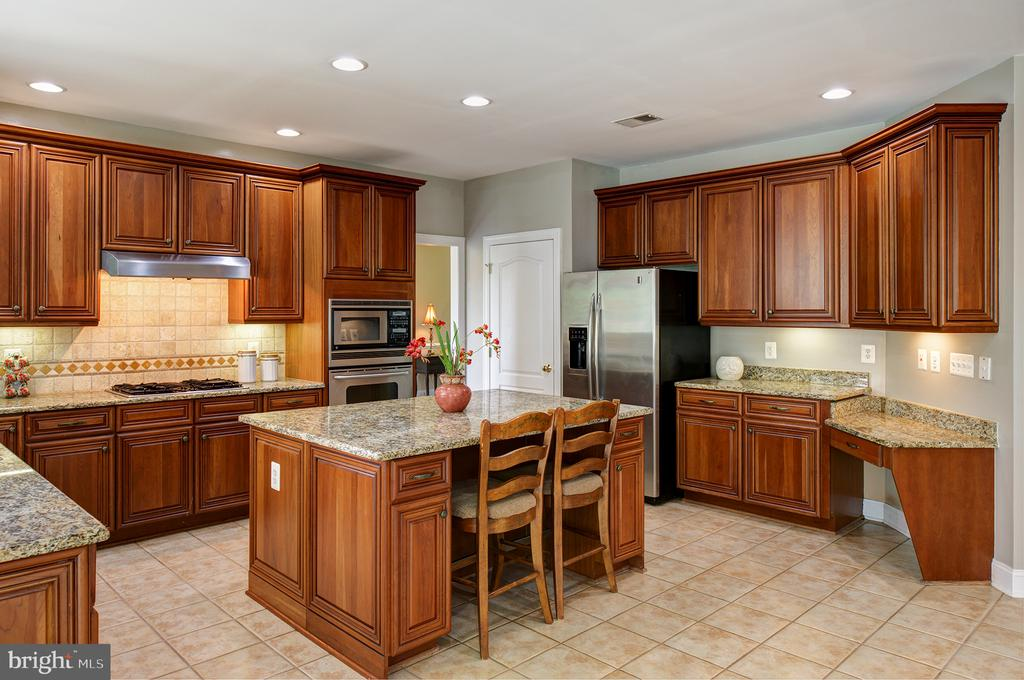 Stunning gourmet kitchen! - 43872 ASHLAWN CT, ASHBURN