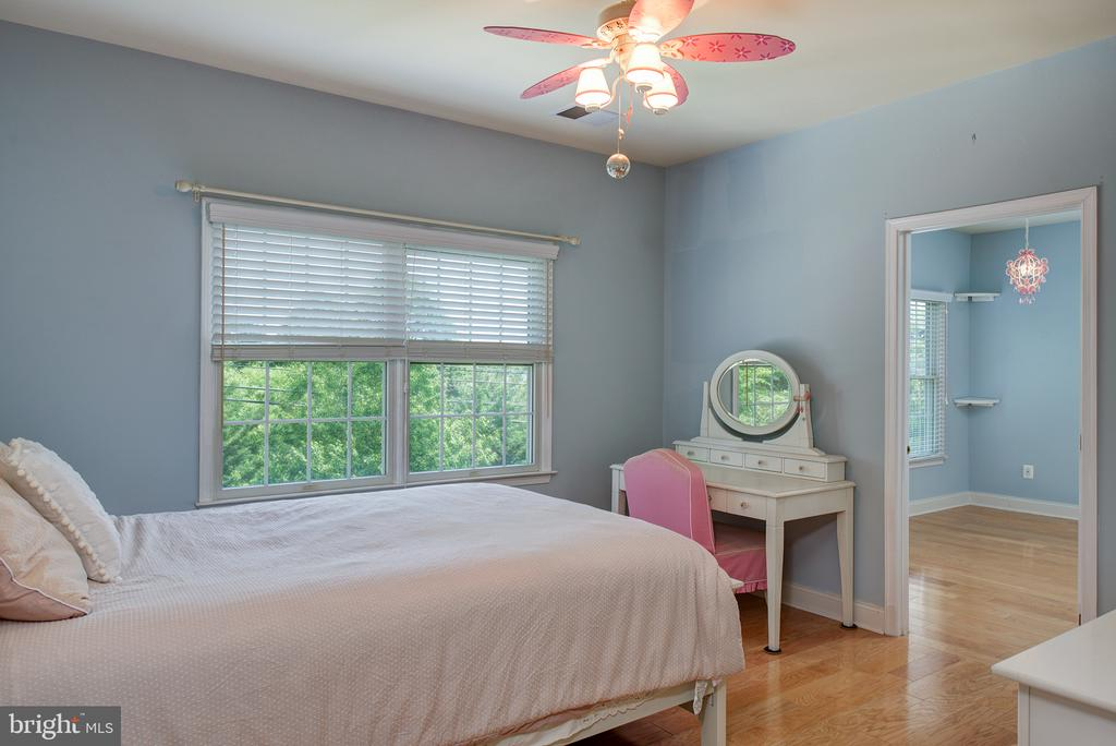 Rear upper level bedroom suite! - 43872 ASHLAWN CT, ASHBURN