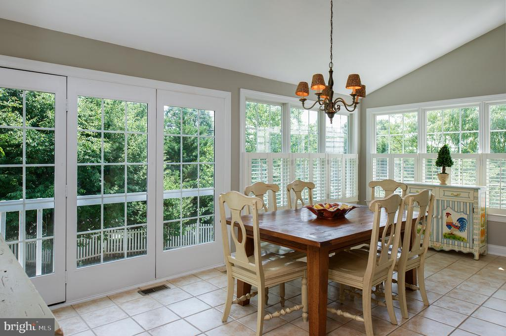 Light-filled sun room with view of trees! - 43872 ASHLAWN CT, ASHBURN