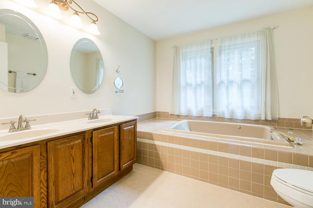 Master Ensuite with Double Vanities - 2316 HARPOON DR, STAFFORD