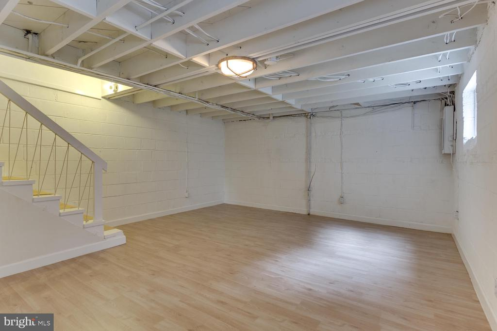 New Laminate Floors - 11-1/2 E MYRTLE ST, ALEXANDRIA