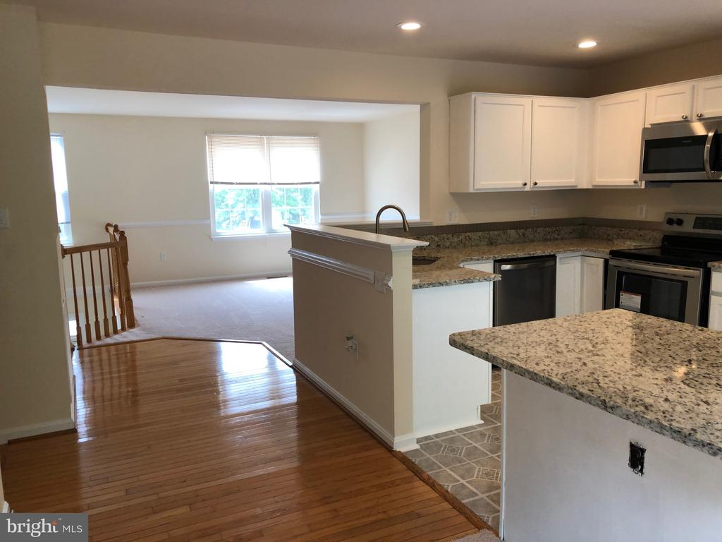 New kitchen with granite countertops and stainles - 9316 GARST DR, MANASSAS