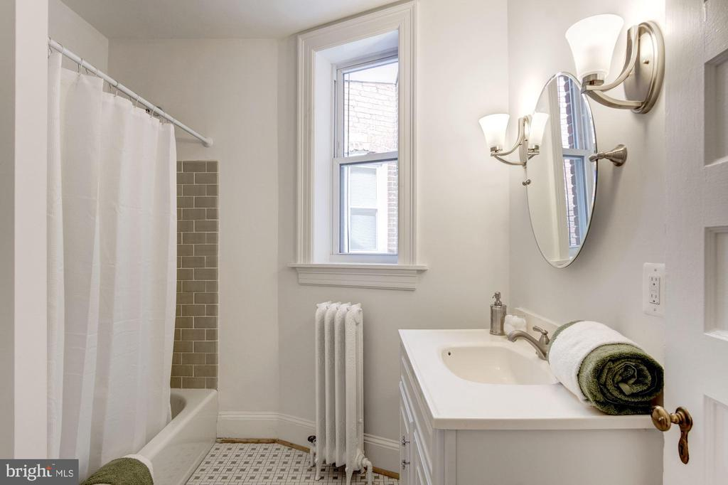 2nd floor -updated Full bath with subway tile - 1218 EUCLID ST NW, WASHINGTON