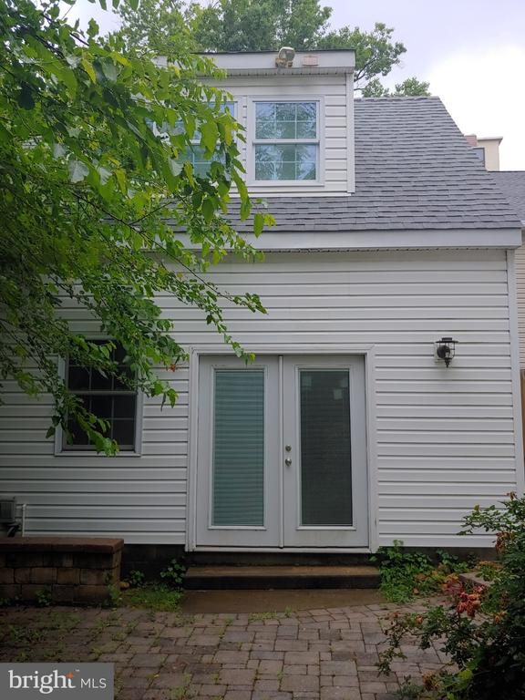 Side entrance to garage with finished 2nd level. - 824 N WAKEFIELD ST, ARLINGTON
