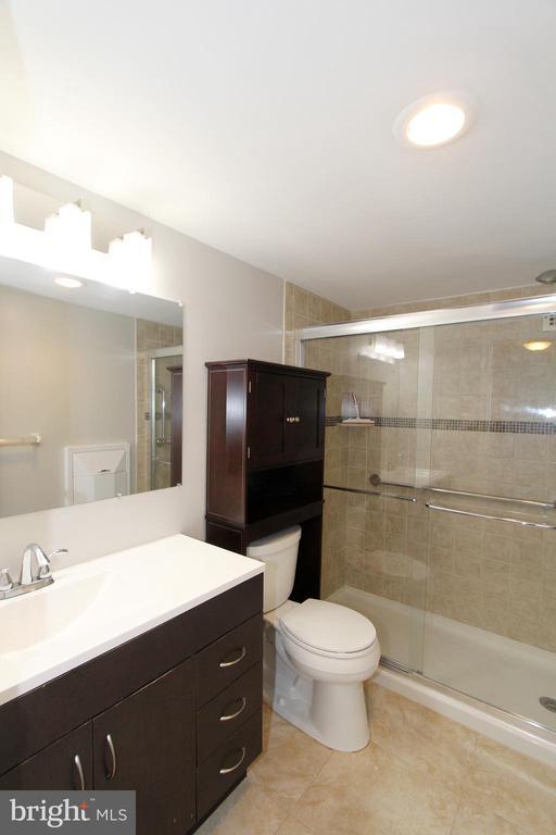 Full Bathroom - 1300 ARMY NAVY DR #807, ARLINGTON