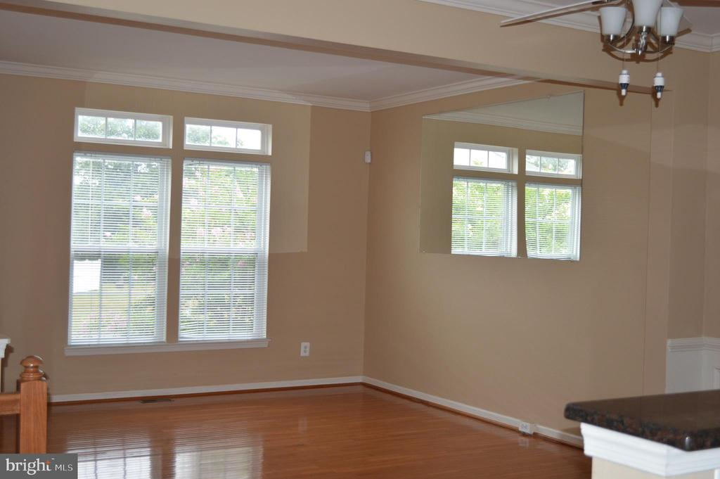 Marge Living Room with crown molding! - 210 MONROE POINT DR, COLONIAL BEACH