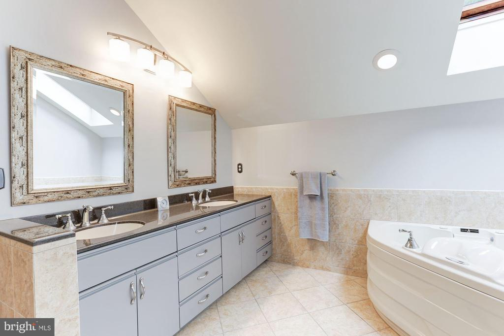 Master Bathroom with jacuzzi tub - 11583 LAKE NEWPORT RD, RESTON