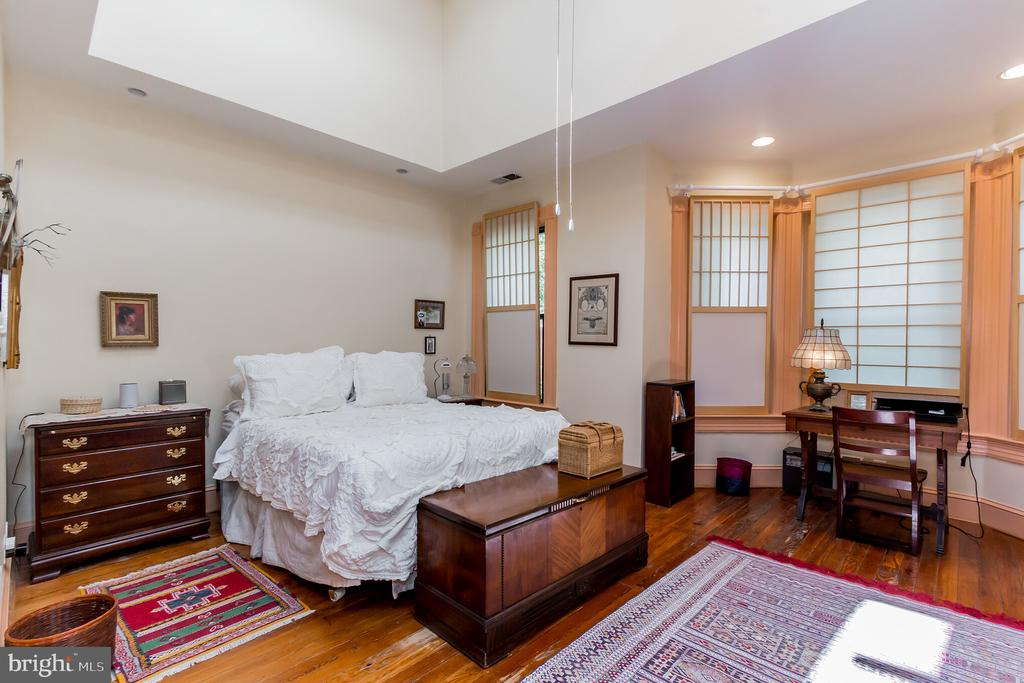 3rd bed on 3rd level with skylights & bay windows - 2108 O ST NW, WASHINGTON