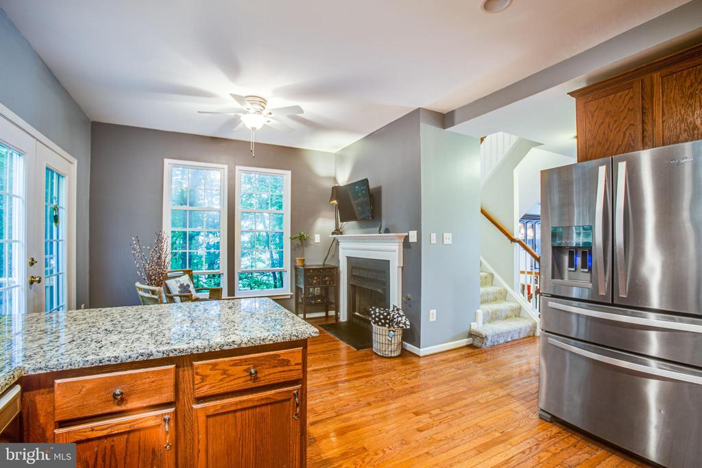 Eat-on counter overlooks breakfast nook - 8539 BERTSKY LN, LORTON