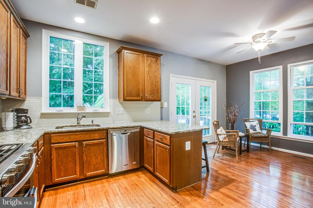 Granite counters, stainless steel and more windows - 8539 BERTSKY LN, LORTON