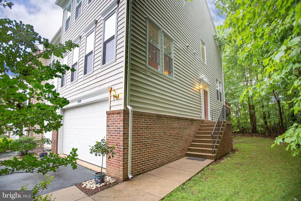 Side-entry end unit bounded by woods - 8539 BERTSKY LN, LORTON