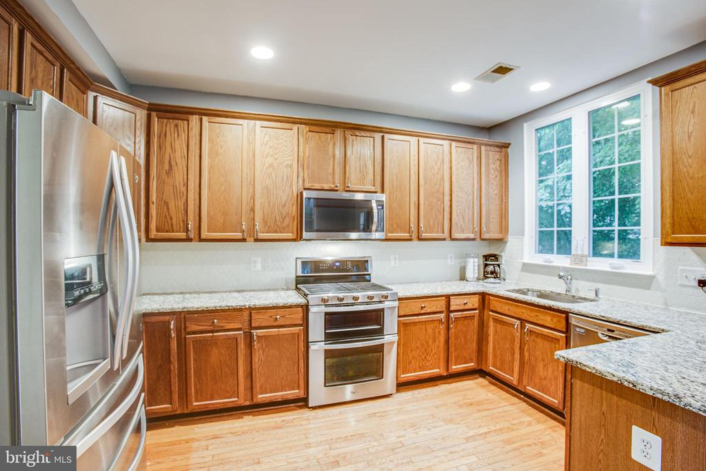 Beautiful updated kitchen w gas range/double oven - 8539 BERTSKY LN, LORTON