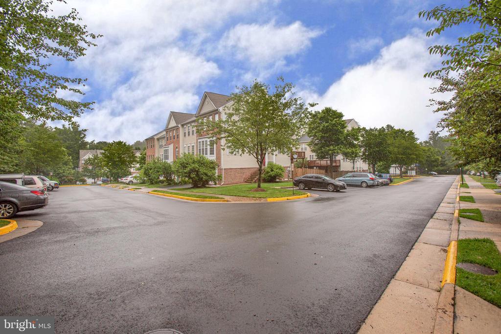 Well-kept neighborhood w abundant visitor parking - 8539 BERTSKY LN, LORTON