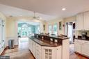 Large kitchen for everyone - 43131 WEATHERWOOD DR, ASHBURN
