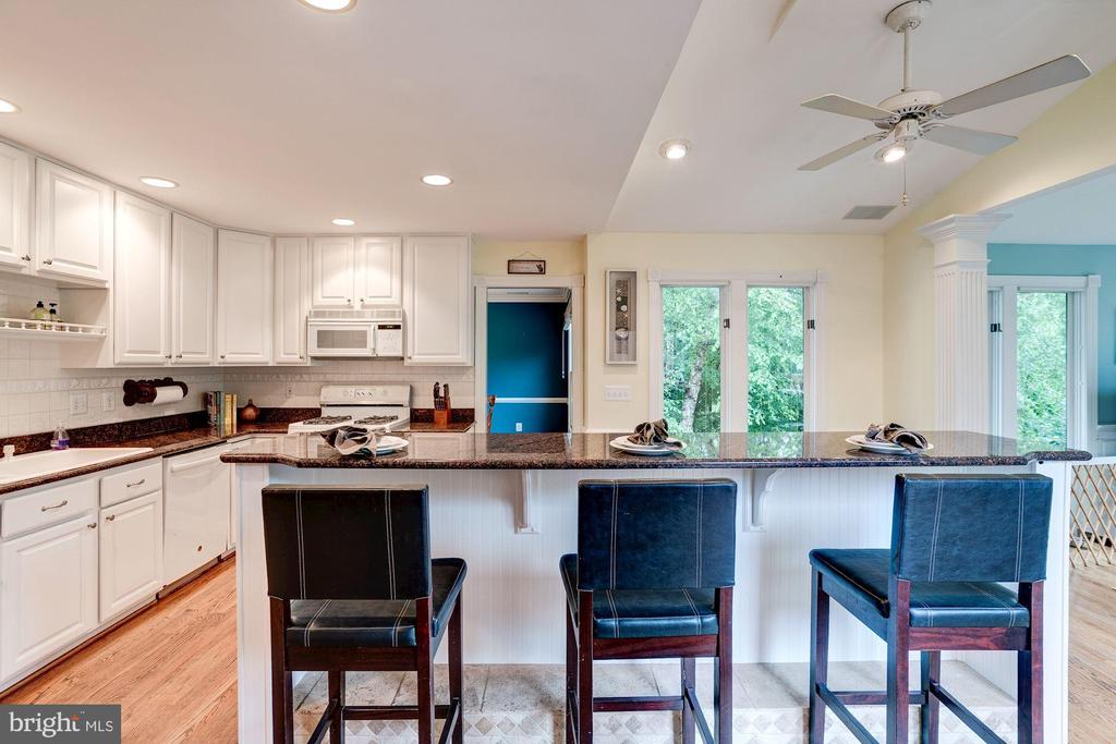 Everyone wants to hang in the kitchen - 43131 WEATHERWOOD DR, ASHBURN