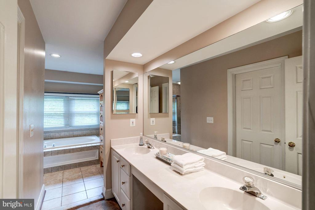 Double vanity is a necessity for some - 43131 WEATHERWOOD DR, ASHBURN
