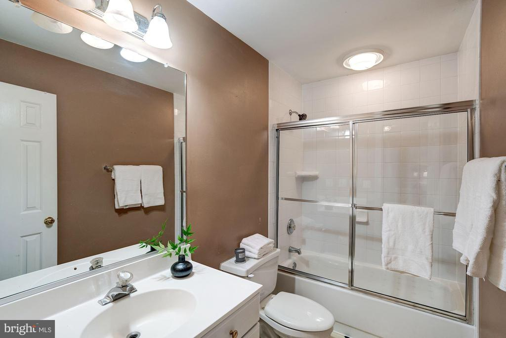Hall bath with shower doors - 43131 WEATHERWOOD DR, ASHBURN