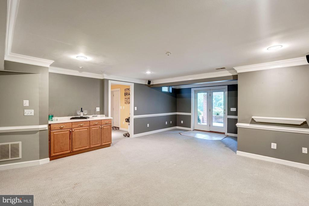 Walkout basement with patio - 43131 WEATHERWOOD DR, ASHBURN