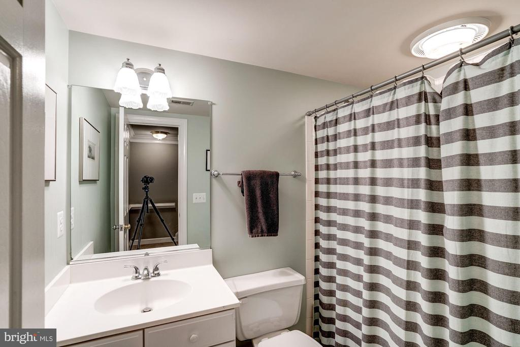 Full bath in basement - 43131 WEATHERWOOD DR, ASHBURN