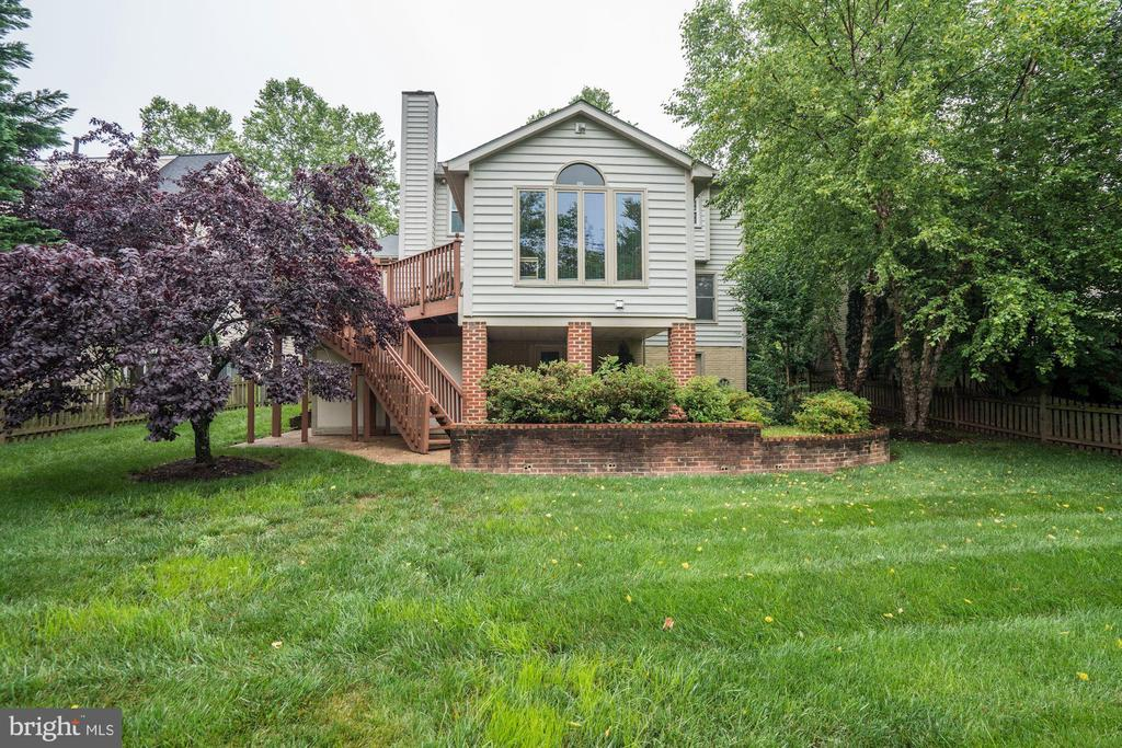 Peaceful backyard on .20 acres right in Ashburn - 43131 WEATHERWOOD DR, ASHBURN