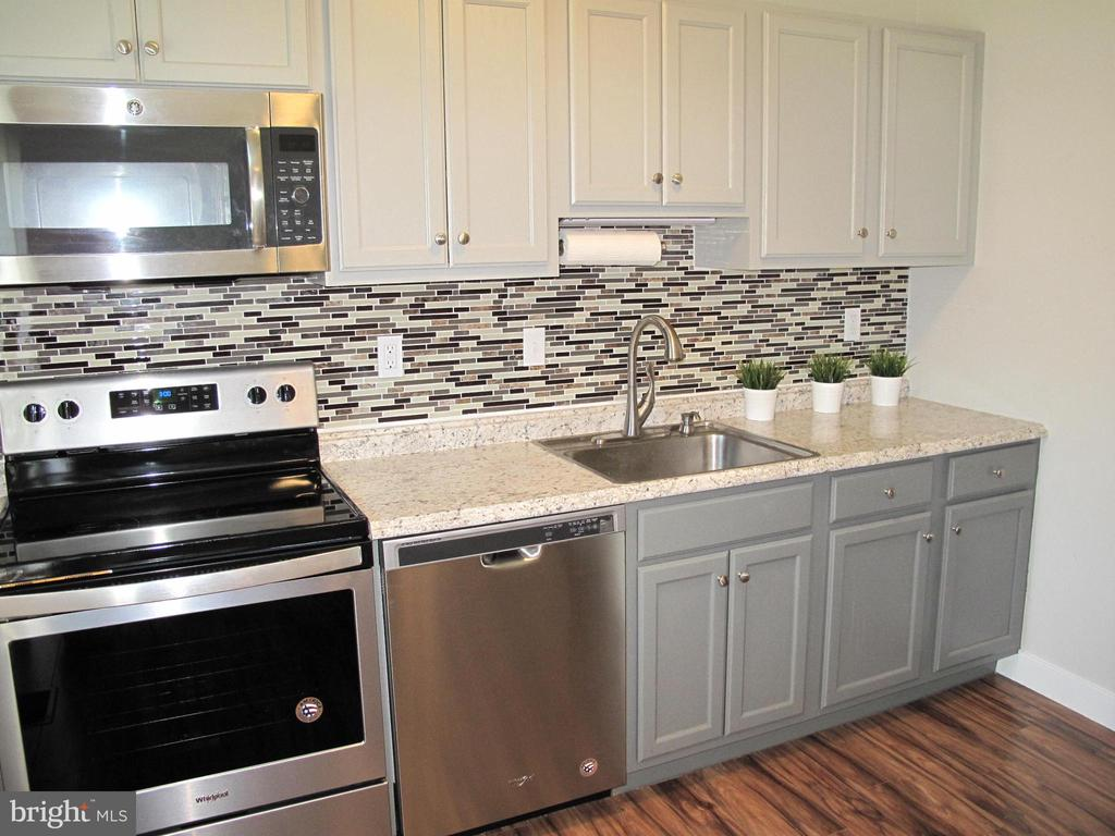 Updated kitchen with tile backsplash - 17 S PENDLETON CT, FREDERICK