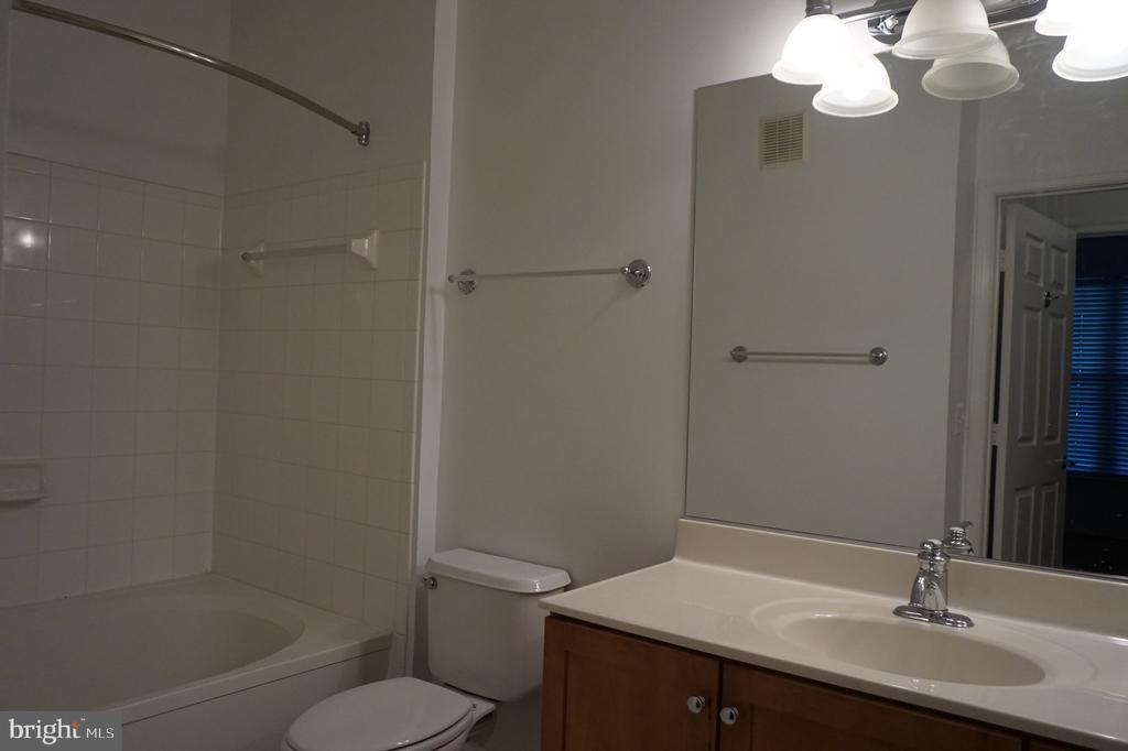 Full bath - 11750 OLD GEORGETOWN RD #2135, ROCKVILLE