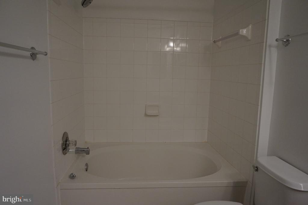 Hall Full bath - 11750 OLD GEORGETOWN RD #2135, ROCKVILLE