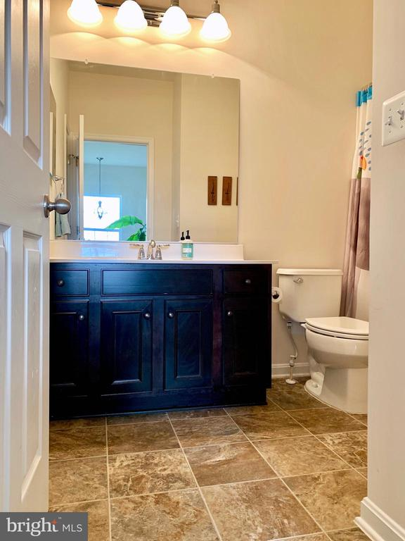 Upstairs Full Bathroom - 9009 BELO GATE DR, MANASSAS PARK