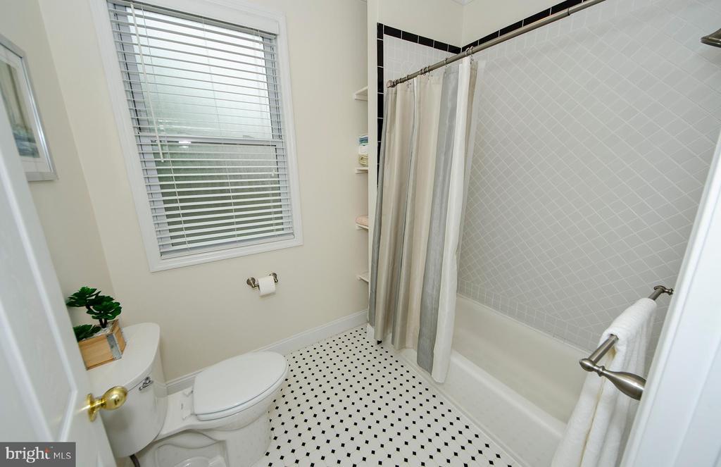 Upper Level Bath - 6419 28TH ST N, ARLINGTON