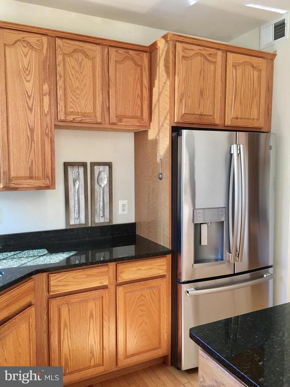 Light Filled Kitchen w/Brand NEW appliances! - 20377 WATER VALLEY CT, STERLING