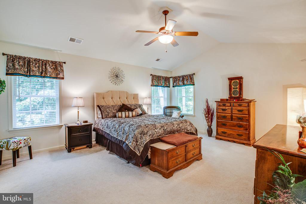 Master bedroom with vaulted ceiling - 7340 JEFFERSON DR, KING GEORGE
