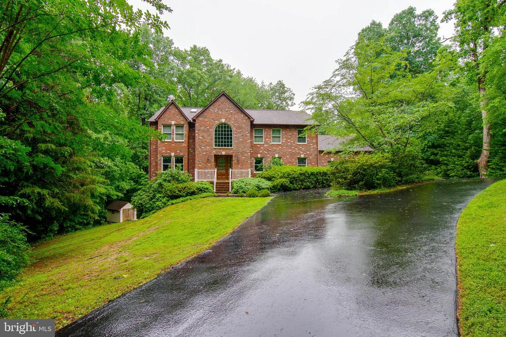 This private driveway is welcoming you home! - 98 WATEREDGE LN, FREDERICKSBURG