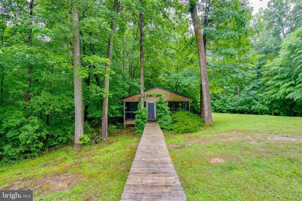 Wood walk from house to screened in deck area - 98 WATEREDGE LN, FREDERICKSBURG