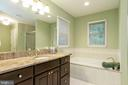 Good size tub to unwind after a long day - 98 WATEREDGE LN, FREDERICKSBURG