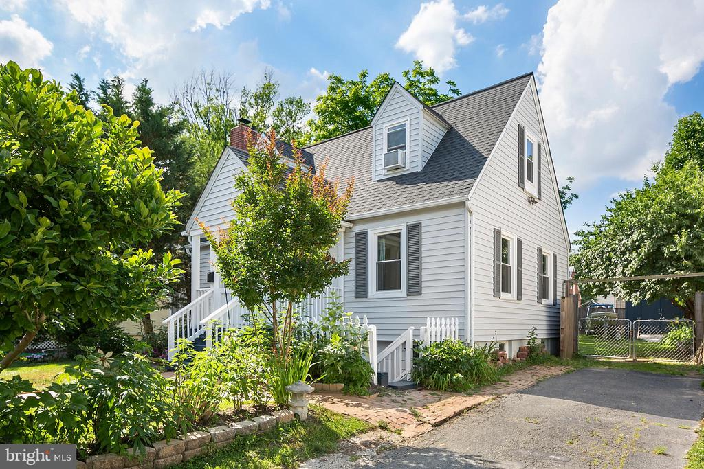 3 Level updated Cape Cod. - 3109 13TH ST S, ARLINGTON
