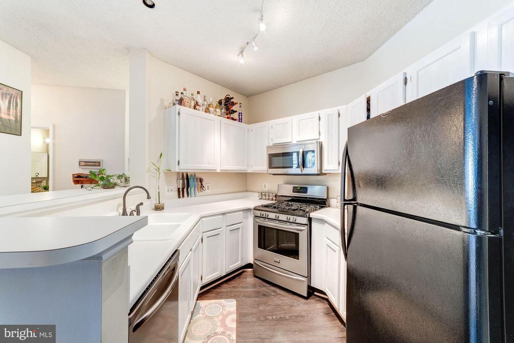 Kitchen - Stainless Steel Appliances - 4404 HELMSFORD LN #203, FAIRFAX