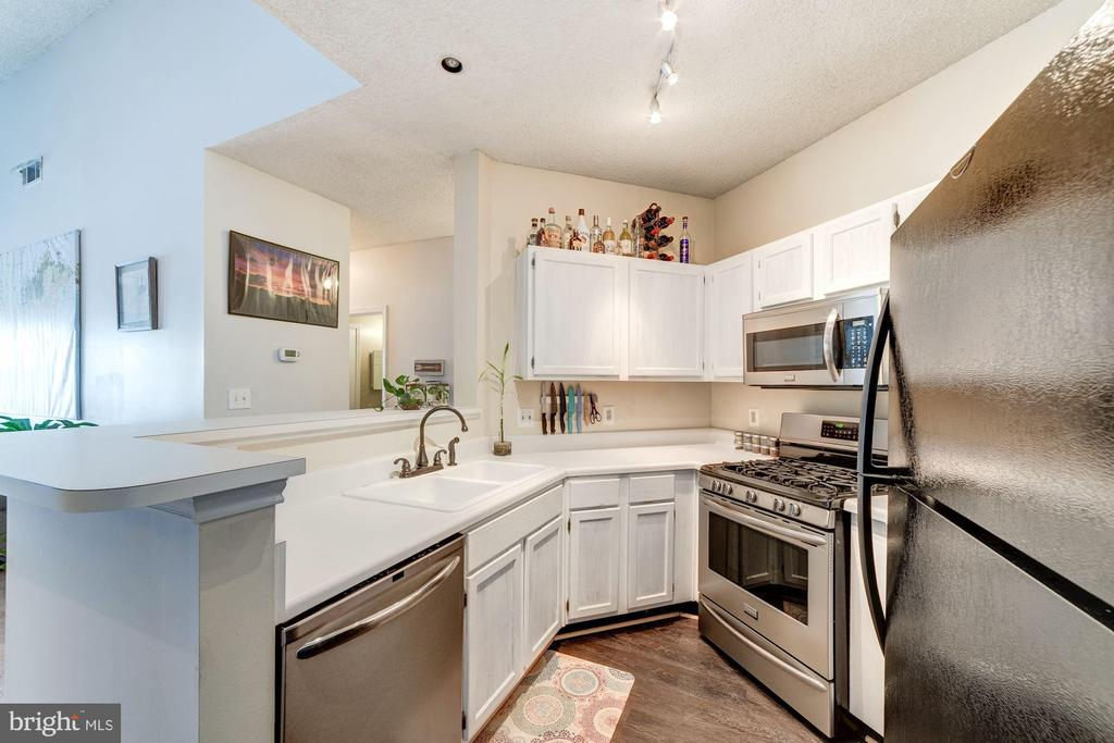 Kitchen - Lots of Counter Top Meal Prep Space - 4404 HELMSFORD LN #203, FAIRFAX