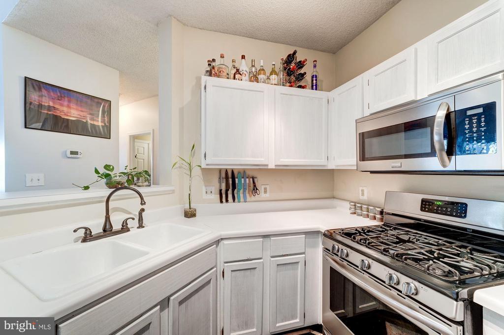 Kitchen - Gas Cooking - 4404 HELMSFORD LN #203, FAIRFAX