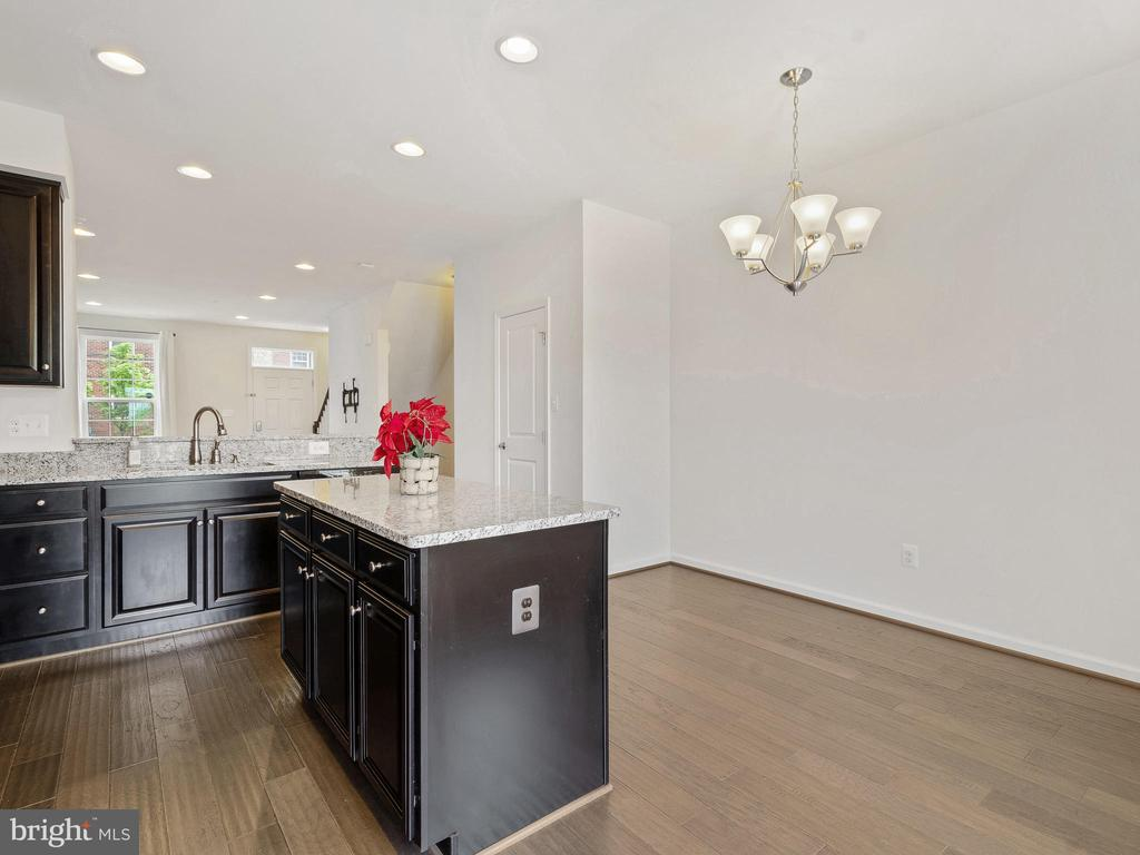 KITCHEN ISLAND WITH POWER OUTLET - 3433 10TH PL SE, WASHINGTON