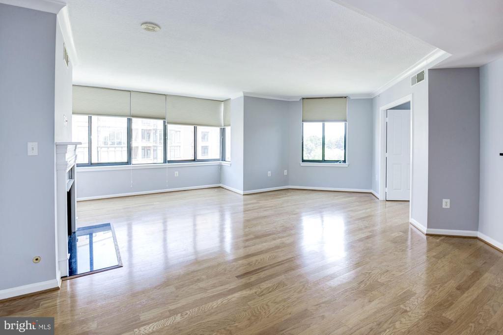 Huge living room w/ loads of natural light! - 2220 FAIRFAX DR #708, ARLINGTON
