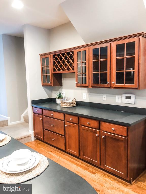 Upgraded Butlers Pantry with Built-in Wine Rack - 43113 HUNTERS GREEN SQ, BROADLANDS