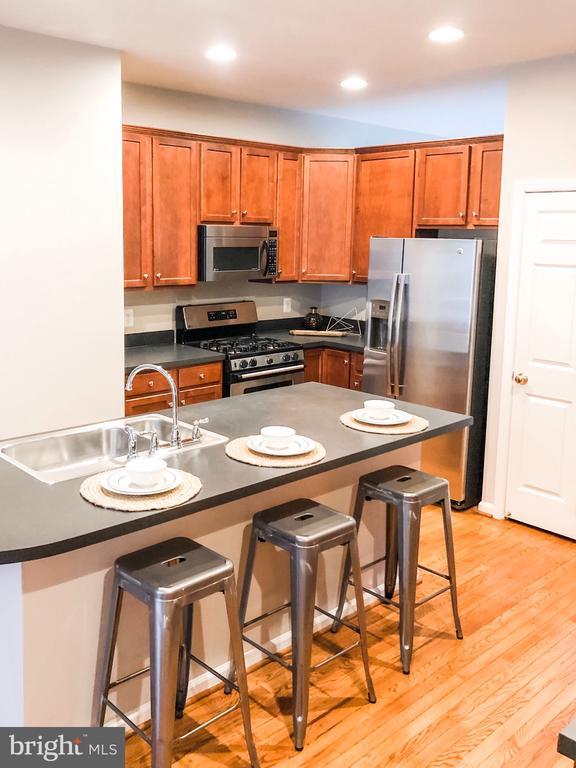 Gorgeous Kitchen with Island & Breakfast Bar - 43113 HUNTERS GREEN SQ, BROADLANDS