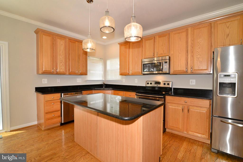 Gleaming counters and floors - 607 NATHAN PL NE, LEESBURG