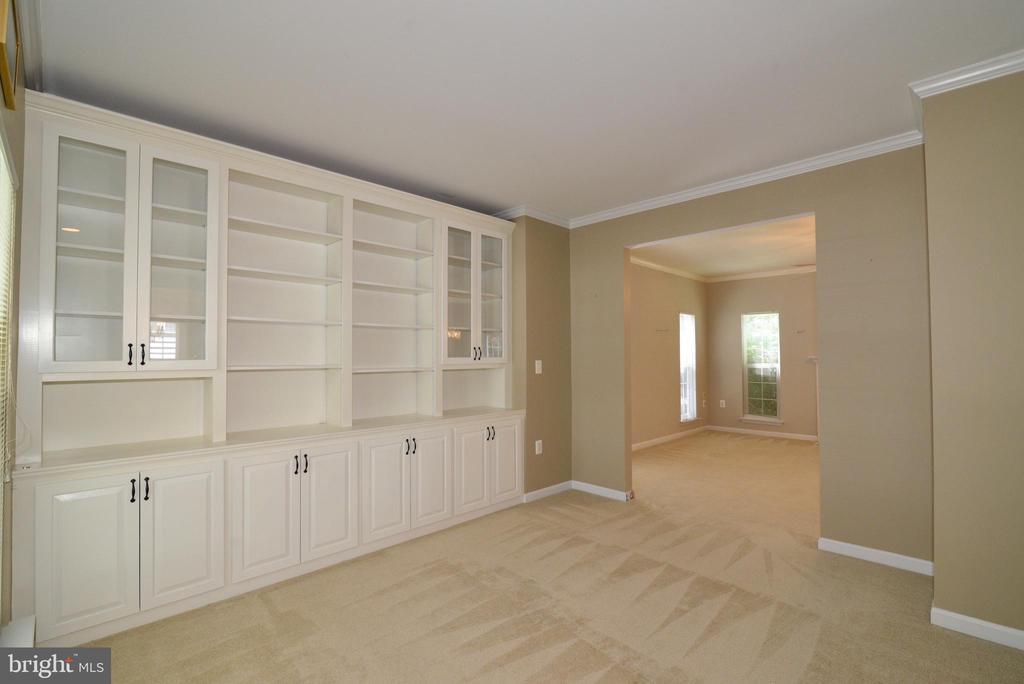 Beautiful  living room  built-ins - 607 NATHAN PL NE, LEESBURG